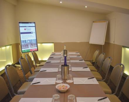 Check out the advanced equipment of the Priscilla meeting room, with its Samsunf flip chart, multimedia whiteboard with touch technology from 55